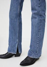 PULL&BEAR - MIT HOHEM BUND - Jeans straight leg - blue denim - 4
