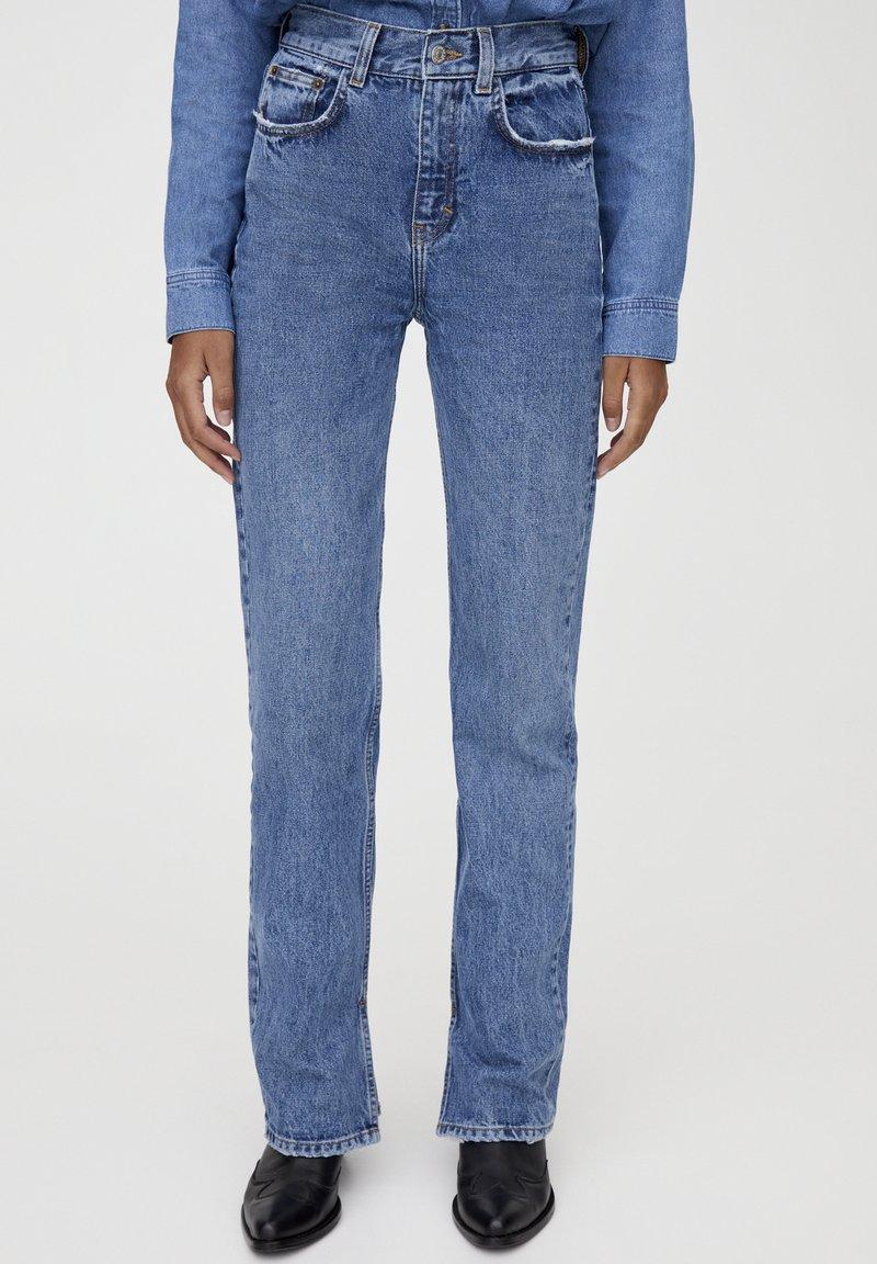 PULL&BEAR - MIT HOHEM BUND - Jeans straight leg - blue denim