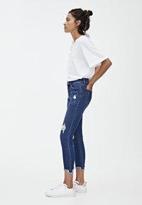 PULL&BEAR - MIT HALBHOHEM BUND UND RISSEN  - Jeansy Skinny Fit - dark blue - 3