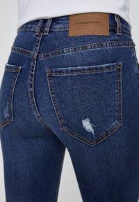 PULL&BEAR - MIT HALBHOHEM BUND UND RISSEN  - Jeansy Skinny Fit - dark blue - 4