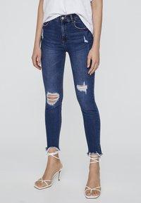 PULL&BEAR - MIT HALBHOHEM BUND UND RISSEN  - Jeansy Skinny Fit - dark blue - 0