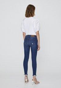 PULL&BEAR - MIT HALBHOHEM BUND UND RISSEN  - Jeansy Skinny Fit - dark blue - 2
