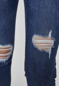 PULL&BEAR - MIT HALBHOHEM BUND UND RISSEN  - Jeansy Skinny Fit - dark blue - 5