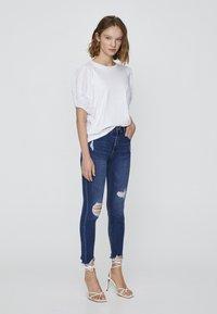 PULL&BEAR - MIT HALBHOHEM BUND UND RISSEN  - Jeansy Skinny Fit - dark blue - 1
