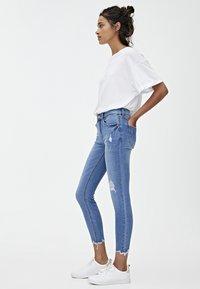PULL&BEAR - MIT HALBHOHEM BUND UND RISSEN  - Jeans Skinny Fit - blue - 3