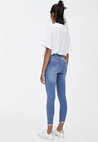 PULL&BEAR - MIT HALBHOHEM BUND UND RISSEN  - Jeans Skinny Fit - blue - 2