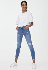 PULL&BEAR - MIT HALBHOHEM BUND UND RISSEN  - Jeans Skinny Fit - blue - 1