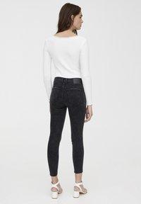 PULL&BEAR - MIT HALBHOHEM BUND UND RISSEN  - Jeansy Skinny Fit - black - 2