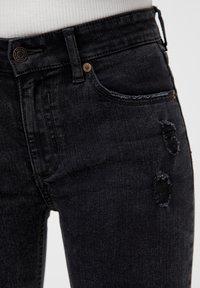 PULL&BEAR - MIT HALBHOHEM BUND UND RISSEN  - Jeansy Skinny Fit - black - 4