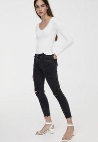 PULL&BEAR - MIT HALBHOHEM BUND UND RISSEN  - Jeansy Skinny Fit - black - 1