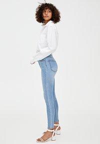 PULL&BEAR - MIT HOHEM BUND - Jeans Skinny Fit - blue - 3
