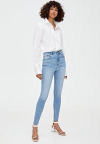 PULL&BEAR - MIT HOHEM BUND - Jeans Skinny Fit - blue - 1