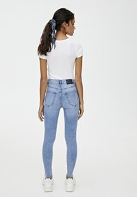 PULL&BEAR - BASIC-JEANS IM SKINNY-FIT MIT HOHEM BUND 09684315 - Jeans Skinny Fit - light blue - 2