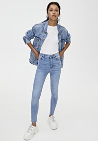 PULL&BEAR - BASIC-JEANS IM SKINNY-FIT MIT HOHEM BUND 09684315 - Jeans Skinny Fit - light blue - 1