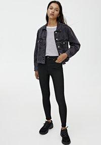 PULL&BEAR - BASIC-JEANS IM SKINNY-FIT MIT HOHEM BUND 09684315 - Jeans Skinny - black - 1