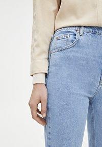 PULL&BEAR - MOM-JEANS MIT STRETCHBUND AUS BAUMWOLLE 09682351 - Jeans Tapered Fit - light blue - 3