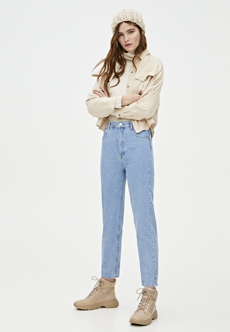 PULL&BEAR - MOM-JEANS MIT STRETCHBUND AUS BAUMWOLLE 09682351 - Jeans Tapered Fit - light blue