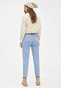 PULL&BEAR - MOM-JEANS MIT STRETCHBUND AUS BAUMWOLLE 09682351 - Jeans Tapered Fit - light blue - 2