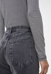 PULL&BEAR - MOM-JEANS MIT STRETCHBUND AUS BAUMWOLLE 09682351 - Jeans Tapered Fit - black - 3