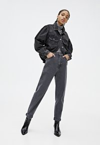 PULL&BEAR - MOM-JEANS MIT STRETCHBUND AUS BAUMWOLLE 09682351 - Jeans Tapered Fit - black - 1