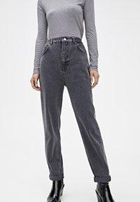 PULL&BEAR - MOM-JEANS MIT STRETCHBUND AUS BAUMWOLLE 09682351 - Jeans Tapered Fit - black - 0