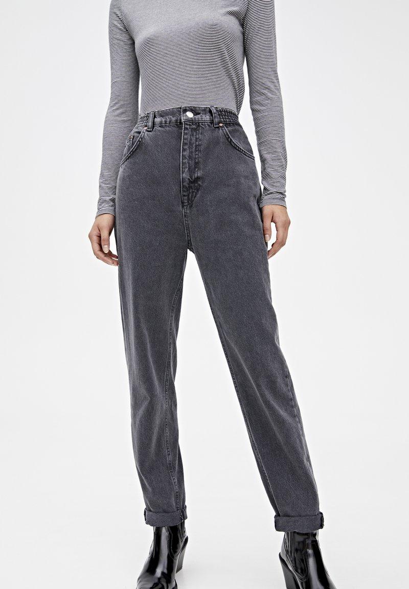 PULL&BEAR - MOM-JEANS MIT STRETCHBUND AUS BAUMWOLLE 09682351 - Jeans Tapered Fit - black