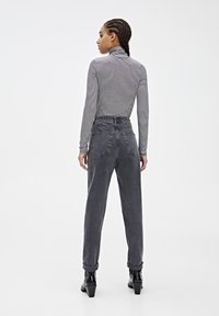 PULL&BEAR - MOM-JEANS MIT STRETCHBUND AUS BAUMWOLLE 09682351 - Jeans Tapered Fit - black - 2