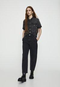 PULL&BEAR - MIT BUNDFALTEN VORNE - Jeans a sigaretta - black - 1