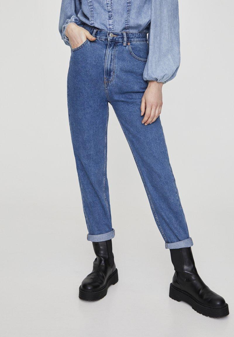 PULL&BEAR - MOM WITH ELASTIC WAISTBAND - Jeans Straight Leg - blue