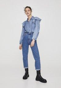 PULL&BEAR - MOM WITH ELASTIC WAISTBAND - Jeans Straight Leg - blue - 1