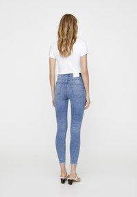 PULL&BEAR - MIT HOHEM BUND - Jeans Skinny Fit - blue - 2