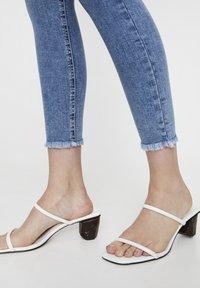 PULL&BEAR - MIT HOHEM BUND - Jeans Skinny Fit - blue - 5