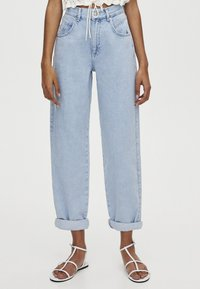 PULL&BEAR - MIT HOHEM BUND - Jeansy Relaxed Fit - light blue - 0