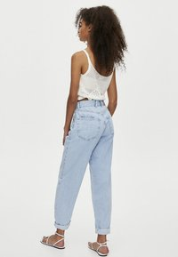 PULL&BEAR - MIT HOHEM BUND - Jeansy Relaxed Fit - light blue - 2