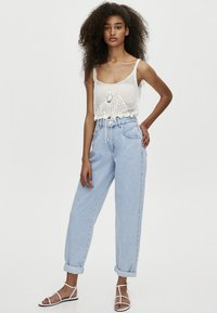 PULL&BEAR - MIT HOHEM BUND - Jeansy Relaxed Fit - light blue - 1