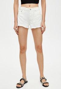PULL&BEAR - MIT HALBHOHEM BUND - Shorts di jeans - white - 0