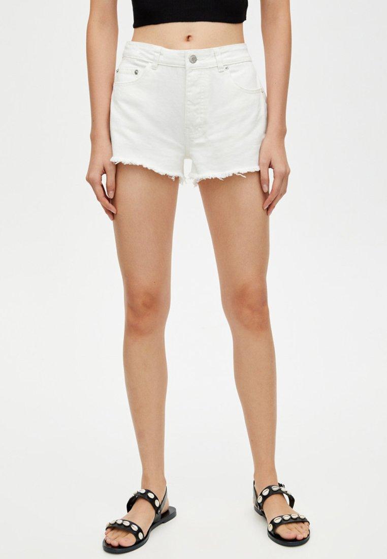 PULL&BEAR - MIT HALBHOHEM BUND - Shorts di jeans - white