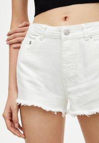 PULL&BEAR - MIT HALBHOHEM BUND - Shorts di jeans - white - 4