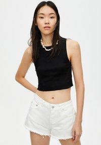 PULL&BEAR - MIT HALBHOHEM BUND - Shorts di jeans - white - 3