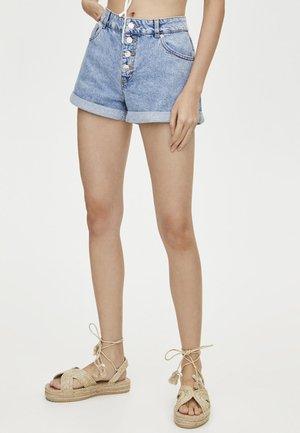 MIT KNÖPFEN VORNE - Denim shorts - light blue