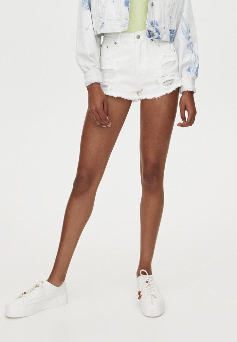 PULL&BEAR - MIT RISSEN UND TASCHEN - Jeansshort - white
