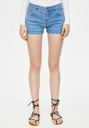 MIT HALBHOHEM BUND IM USED-LOOK - Shorts di jeans - light-blue denim