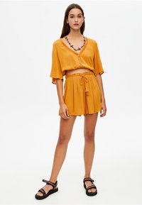 PULL&BEAR - Szorty - mustard yellow - 1