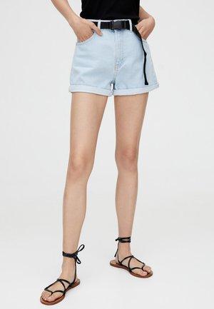 MIT GÜRTEL  - Denim shorts - light blue