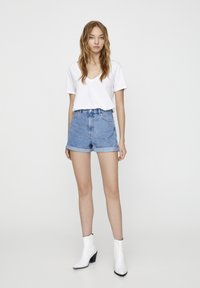 PULL&BEAR - FIT MIT UMGESCHLAGENEM SAUM  - Denim shorts - mottled dark blue - 1