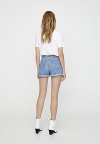 PULL&BEAR - FIT MIT UMGESCHLAGENEM SAUM  - Denim shorts - mottled dark blue - 2