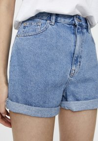 PULL&BEAR - FIT MIT UMGESCHLAGENEM SAUM  - Denim shorts - mottled dark blue - 4