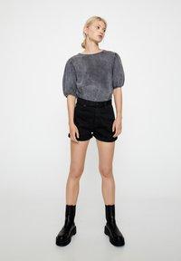 PULL&BEAR - FIT MIT UMGESCHLAGENEM SAUM  - Short en jean - metallic black - 0