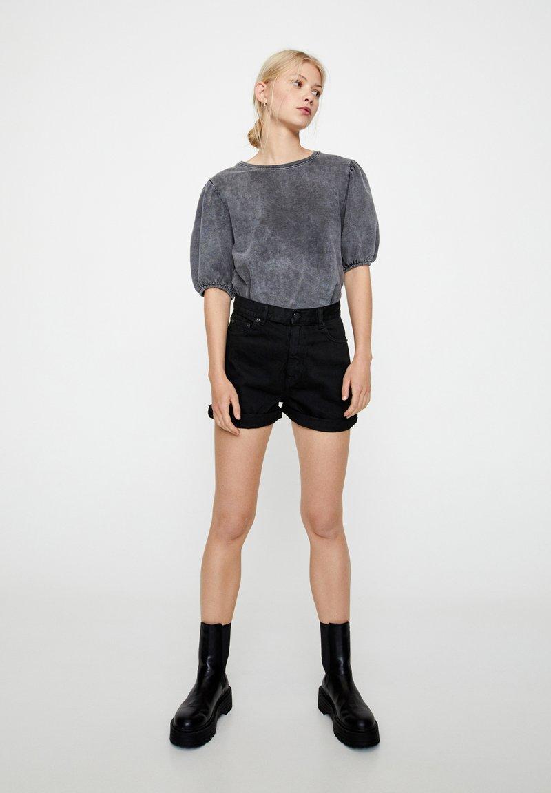 PULL&BEAR - FIT MIT UMGESCHLAGENEM SAUM  - Short en jean - metallic black