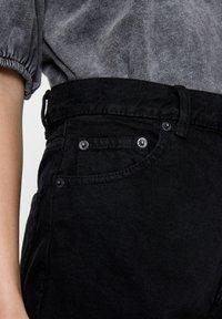 PULL&BEAR - FIT MIT UMGESCHLAGENEM SAUM  - Short en jean - metallic black - 3
